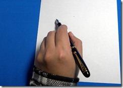 万年筆 左利き 持ち方 書きやすい 上から 写真